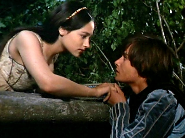 romeo-juliet-about-to-kiss-on-balcony-1968-romeo-and-juliet-by-franco-zeffirelli-32614017-640-480